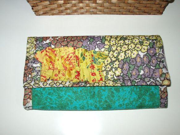 フリフリ長財布 ~アジアの森~です。アジアのどこかの森の中のイメージで製作した長財布です。表に飾りつけた花模様の生地のフリフリで、森の中のお花もりもり感をプラ...|ハンドメイド、手作り、手仕事品の通販・販売・購入ならCreema。
