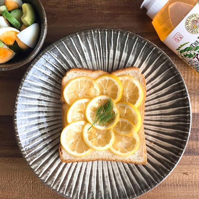 いつかの朝ごはん。 〝はちみつレモンのあま〜いトースト〟に、冷蔵庫の余り物でできたはちみつレモンのサラダを添えました。 ヨーグルトに入れたりお料理に使ったりできるので、普段から冷蔵庫に割と入っているレモンのはちみつ漬けと、パンと言えば!のネオソフトを使った簡単朝ごはんです。 今回ネオソフトとフォーリンデブはっしーさん属するたべあるキングのコラボ【 ご当地ネオパンレシピ47 】の企画に参加して、私は地元の広島を代表して、ネオソフト × パンに広島名産の〝レモン〟と〝牡蠣〟を使ったレシピを2つ提案したよ✌️ ・ ちなみにこのトーストを美味しく作るポイントは、 ①レモンはなるべく薄くカットすること  ②ハチミツは多め、できるだけ長く漬ける  ③レモンを漬けておいたハチミツも大胆にかけちゃう! の3点、かな。好き好きだと思うけど。 ネオソフトにレモンとはちみつの組み合わせで、お家でも美味しい菓子パンができちゃうからやってみて〜☺️ はちみつは大好きな山田養蜂場アカシア蜂蜜を使いました。ここの蜂蜜使い勝手が良くておすすめ。 ・ ・…