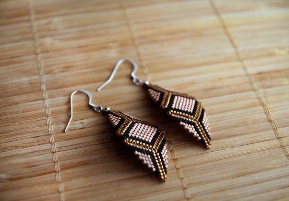 Geometrische Peyote Perlen Ohrringe - schimmernde Lachs-Rosa, hell-Gold und schwarz