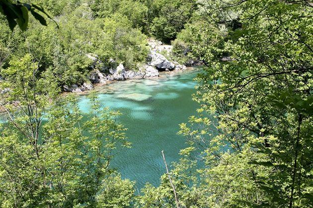 Průzračné Lago di Cornino. Tady na zahraniční turisty pravděpodobně nenarazíte.