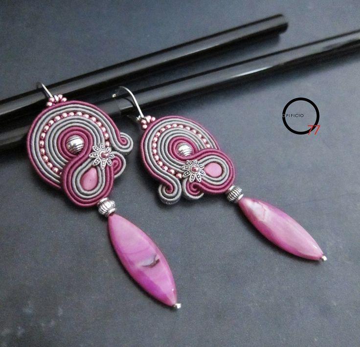Orecchini soutache magenta e grigio, perline rocailles e pendente in madreperla colorata. Design Giada Zampar -Opificio77-