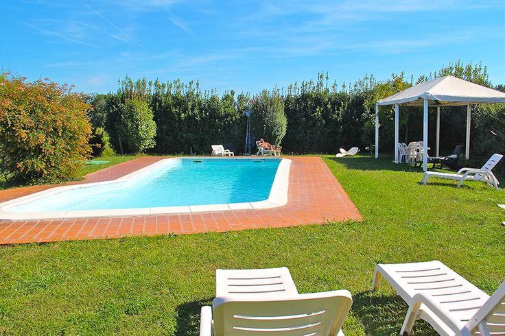 Description: Kleine en gezellige B&B heel centraal gelegen  Luca en Cinzia ?Kom binnen? zegt Cinzia als ik voor de deur sta. ?Oh nee ga maar lekker in de schaduw op het terras zitten dat is nog beter?. Als ze mijn espresso brengt schuif ook Luca aan. Locanda il Fornello is hun levenswerk. Zes kamers in een mooie oude boerderij een grote tuin met veel bomen een heerlijk zwembad en een fantastisch restaurant. Eenvoudig en eerlijk. ?La pace tipica dei casolari di campagna? zegt Luca de typische…