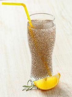 Mische dafür 400 ml Wasser mit 3 Teelöffeln Chia-Samen - nach Geschmack noch etwas Zitrone oder Honig ergänzen. Die Samen eine Stunde im Kühlschrank quellen lassen, dann kannst du den erfrischenden Energiekick im Glas genießen.