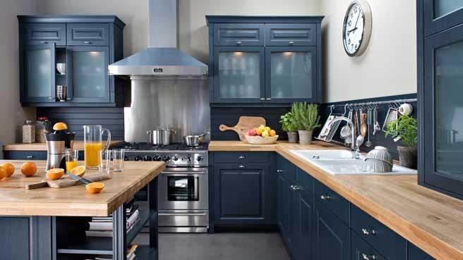 Cuisine noire et bois. http://www.m-habitat.fr/penser-sa-cuisine/materiaux-cuisine/les-cuisines-en-bois-traditionnel-1435_A