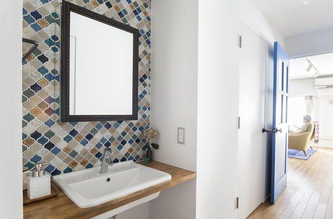 廊下に面した洗面台  お気に入りのミラーキャビネットとモザイクタイル。