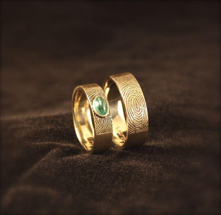 Gouden trouwringen met vingerafdruk en Smaragd. www.goudsmidmargriet.com