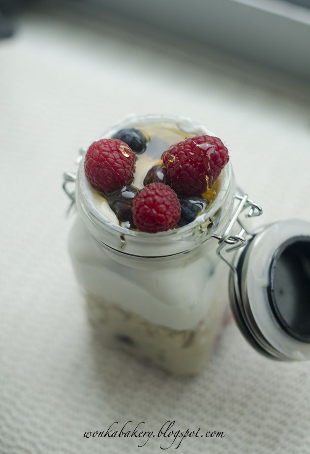 Overnight porridge with berries and Greek yogurt - Porridge con yogurt e frutti di bosco