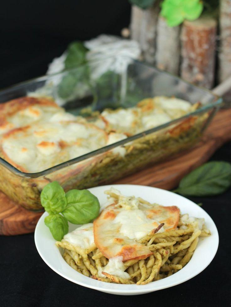 Pasta al forno con pesto di basilico e mozzarella