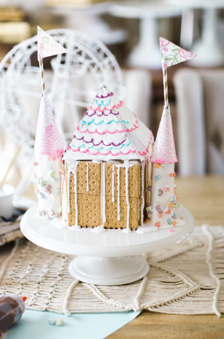 How to make the most adorable toddler and kid-friendly s'mores graham house!   holiday treats for kids   kid friendly holiday crafts   holiday crafts for kids   DIY gingerbread house ideas    Glitter, Inc.