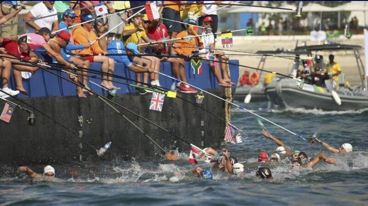 De gouches geven drinken met een hengel aan de zwemmers op 10 km in openwater.