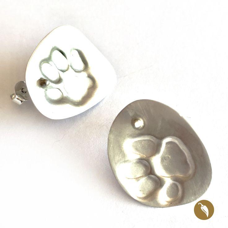 """: Arosde plataen que se distingue una huella gatunaenrelieve y estampada como rastro.Ya lo dijo Neruda en su Oda al gato""""(…) todoes inmundo para el inmaculado pie del gato"""" y Monoco lo sabe. La diseñadora es una admiradora de los felinos, de sus formasy sus movimientos. También de sus huellas, que estampa enestos anillos con especial encanto.  Autor:Monoco Colección:Gatos Materiales:: Plata de 950 Dimensiones: 2,5 cm por 2 cm aprox Pieza única: Si"""