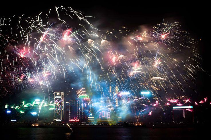 Les célébrations du Nouvel An autour du monde--------------Des feux d'artifice brillent de mille feux au-dessus du centre-ville de Hong Kong, le 1er janvier 2016.