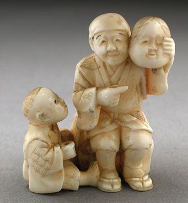 Салон японского \r\n\r\nантиквариата - Рассказчик историй эпохи Мэйдзи - слоновая кость.Крестьянин рассказывает историю об Амэ-но Удзумэ -   божестве благополучия и ее историю о том, как она спасла мир, вернув Аматэрасу и вместе с ней свет   солнца на землю. Крестьянин присел на пень, показывает маску Амэ-но Удзумэ, а маленький мальчик,   сидя у его ног, с интересом слушает