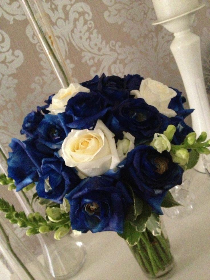 Ramo de novia en rosas azules y blanco @Ashley Alemany.com.do