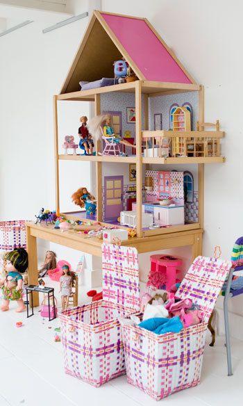 Minimaliseer de rommel van speelgoed door je kinderen opbergmanden te geven.