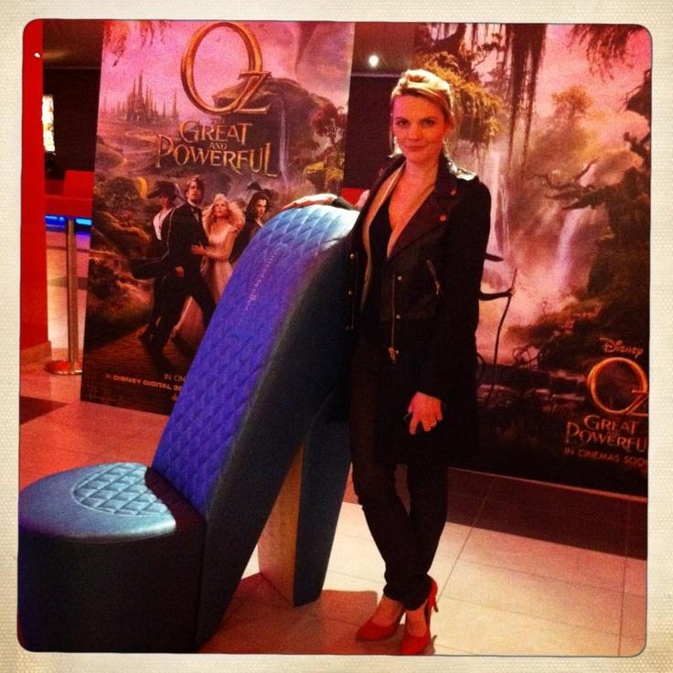 Vágó Réka és az ő óriási tűsarkú cipője az Óz, a hatalmas című film premierjén. Mi is ott voltunk!