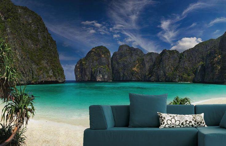 Paysage paradisiaque en Thaïlande : plage de sable fin au bord de l'océan à l'eau turquoise.