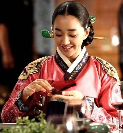 Hankbok is the Korean traditional clothing. Even if mostKoreans wear western style clothes, it is still worn on Korean thanksgiving day or new year's day.