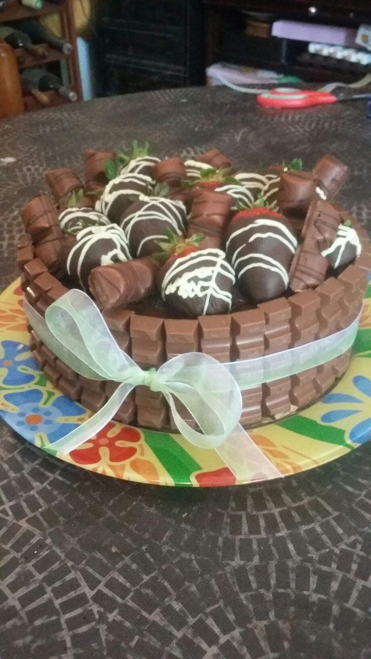 Dolce al cioccolato con fragole ricoperte di cioccolato, kinder bueno e kinder