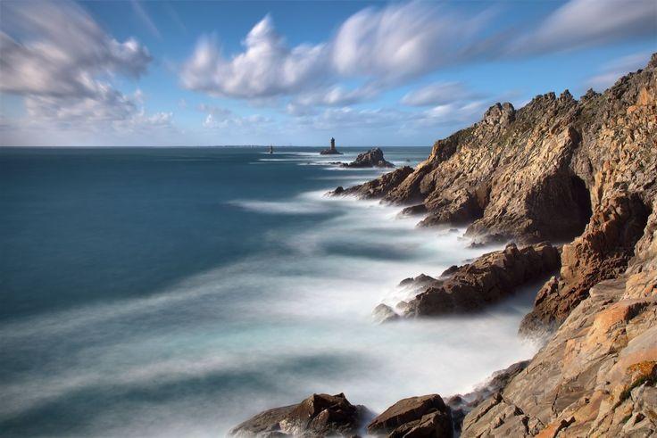 Au bout du monde, la pointe du Raz : Située à l'extrémité ouest du Cap Sizin, la pointe du Raz fait partie des sites emblématiques de la Bretagne. A l'image, le phare de La Vieille et la tourelle de La Plate assurent le balisage du Raz de Sein.