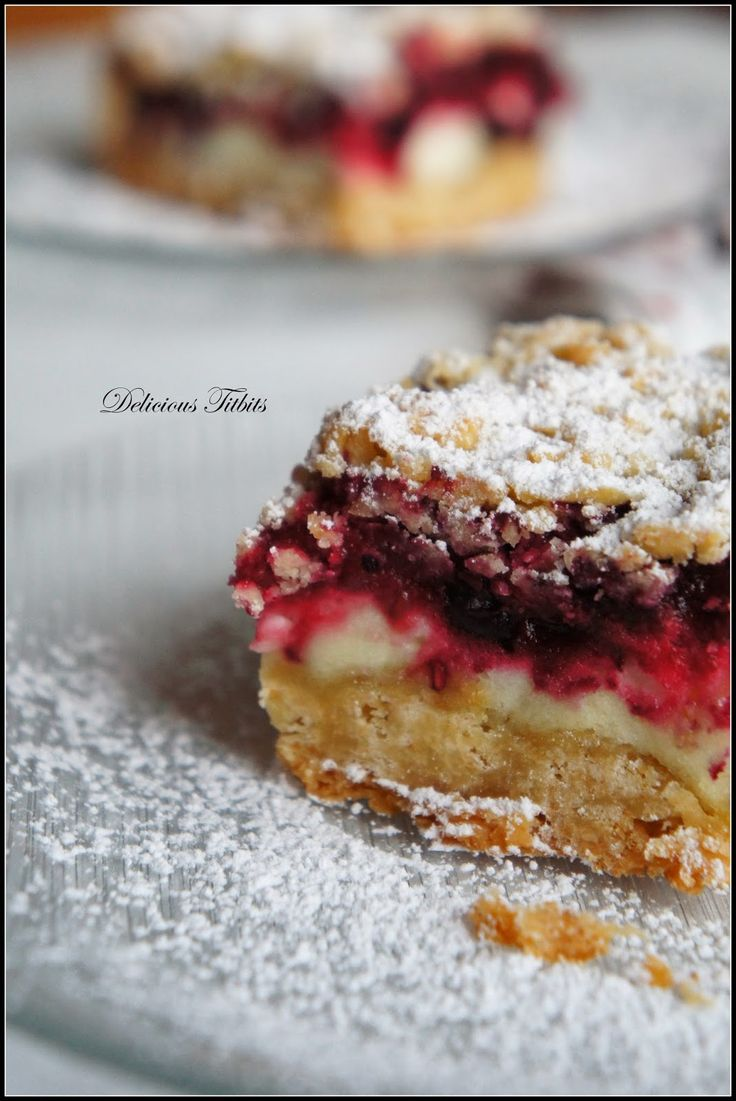 Delicious Titbits: Kruche ciasto z delikatną pianką i owocami leśnymi