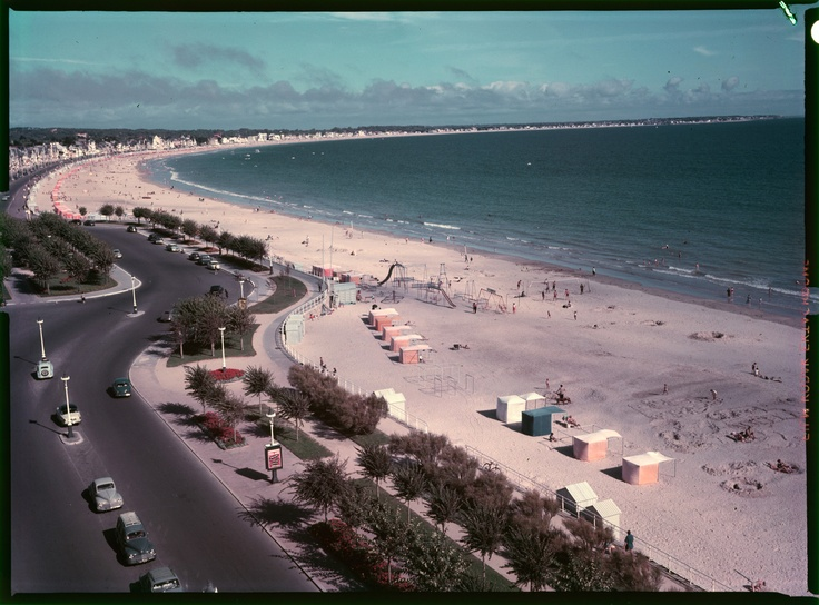 "France, plage de La Baule, années 1950 – 1960 Ministère du Tourisme, film inversible couleur type ""Ektachrome"" dimensions: 9 X 12 cm. Archives nationales, 20000333/ 7 © Archives nationales, France"