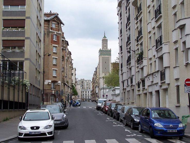 Paris 5e - La rue du Gril avec le minaret de la Grande Mosquée de Paris .