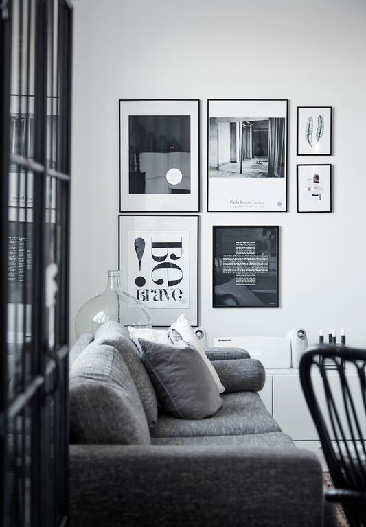 Gallery wall and black and white theme in the sitting room of the Helsinki home of design blogger #lagerma, captured by Riika Kantikoski.