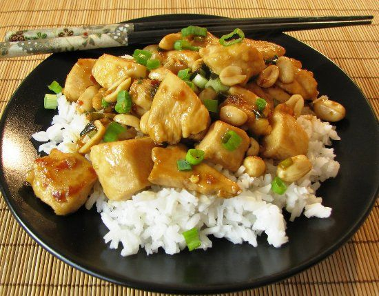 Филе курицы, приготовленное кусочками в мультиварке по китайскому рецепту Кунг-Пао с яблочным уксусом, соевым соусом и зеленым луком.