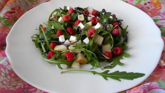 Салат с малиной, грушей, сыром фета и рукколой