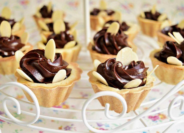 Foarte bune și aspectuoase aceste minitarte cu cremă de lapte condensat și ciocolată! Merită preparate pentru mesele festive.