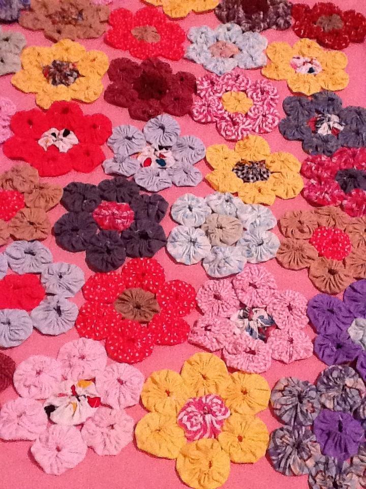 yo yo flowers, this pattern would make a nice quilt
