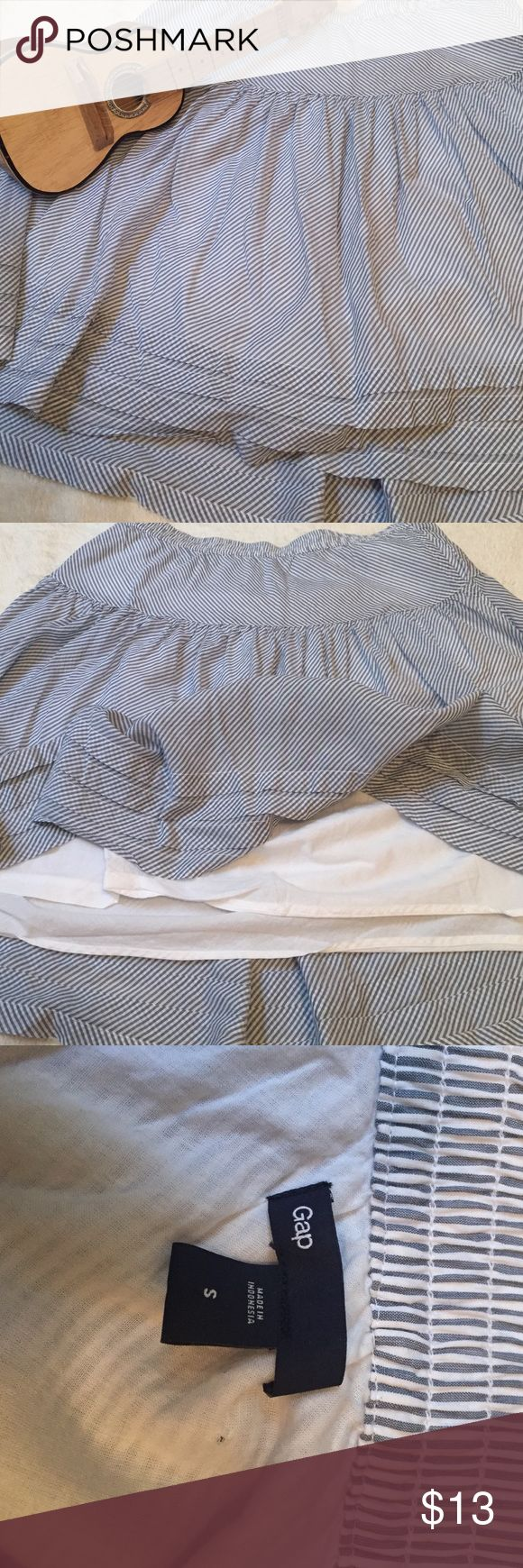 Gap skirt Fun flared skirt. It's a size small but it fits more like a medium. Great condition, never worn.Lined and has elastic waist... And has pockets! Gap Skirts A-Line or Full