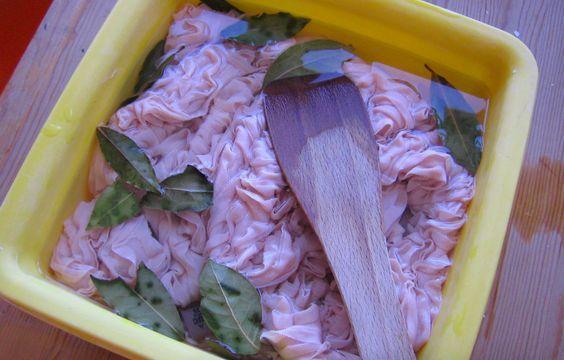 Comment enlever une couleur sur un linge déteint noté 3.28 - 72 votes Comment faire ? 1. Dans une marmite remplie d'eau, jetez une douzaine de feuilles de Laurier. Portez à ébullition. Une fois l'eau bouillie, éteignez la plaque. Laissez infuser un quart d'heure, puis plongez le vêtement dans la décoction. Sortez le linge quand l'infusion sera froide....