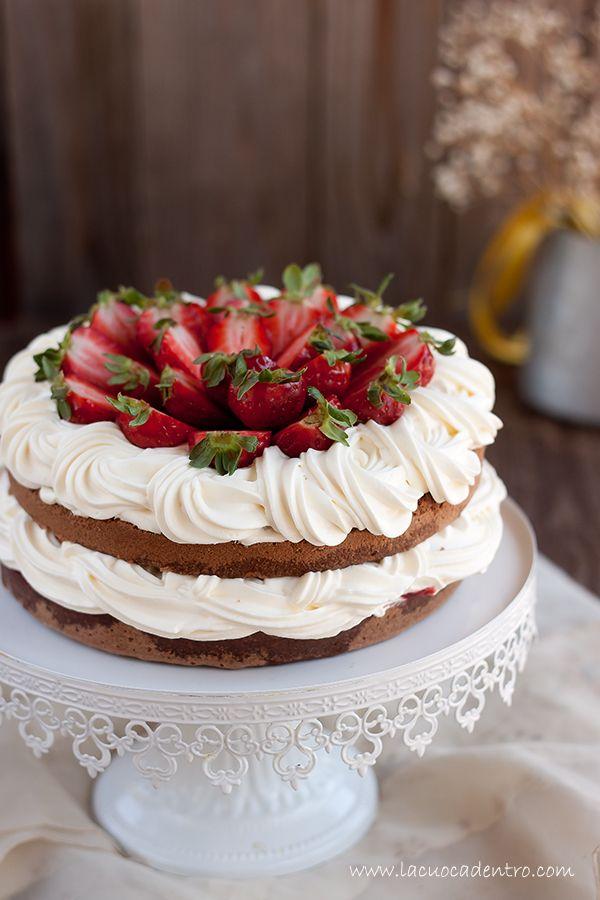torta al cacao crema chantilly e composta di fragole