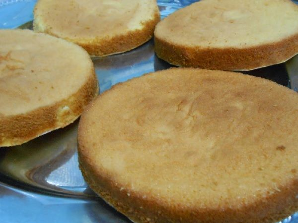 O Pão de Ló Super Econômico fica aerado, macio e delicioso e rende duas assadeiras (uma de 25 e outra de 20cm de diâmetro). É a receita que faltava para vo