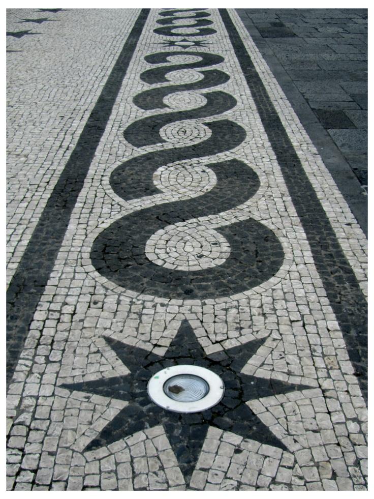Calçada Portuguesa a embelezar as ruas de muitas cidades Portuguesas e ate do outro lado do Atlântico no Brasil. - JL