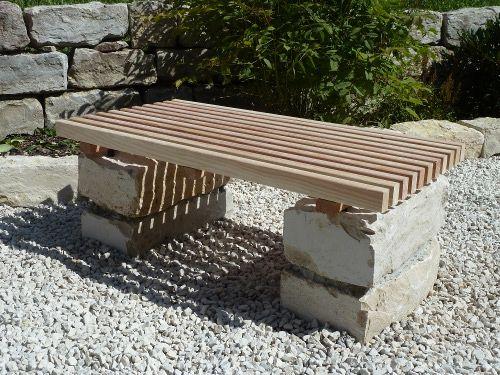 2-Sitzer-Holzbank (Douglasie) auf Jura-Mauerquadern.                                                                                                                                                                                 Mehr