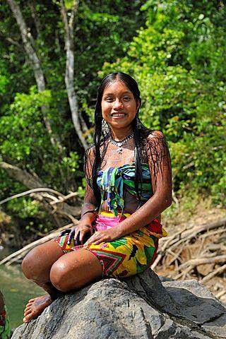 Embera , por el río Chagres dentro del Parque Nacional Chagres, República de Panamá, América Central