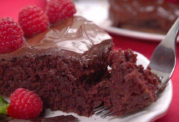 Ингредиенты: 1,5 ст. муки3 ст. л. какао1 ст. сахара1 ч. л. разрыхлителя0,5 ч. л. соли1 ч. л. уксуса1 ч. л. ванильной эссенции или ванилина5 ст. л. растительного масла1 ст. воды Приготовление:  Смеша…