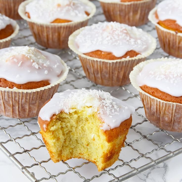 Fluffiga, supersaftiga muffins med ljuvlig glasyr & kokos.
