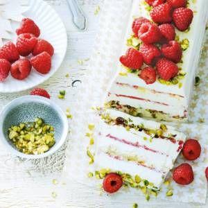 Frambozen-ijstaart met pistachenoten
