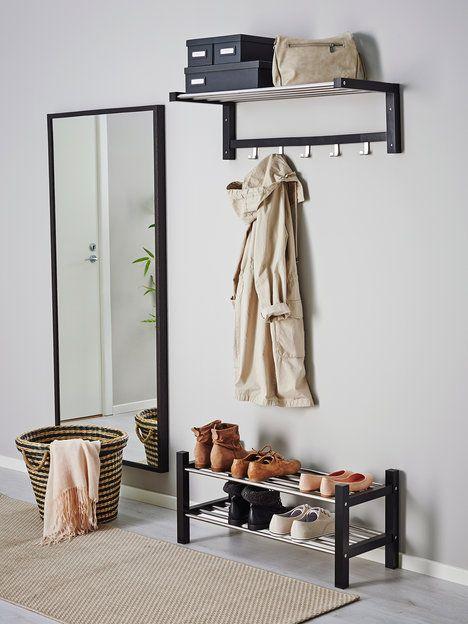 Jednoduchý věšák na stěnu a botník Tjusig se vejdou i do hodně malé předsíně. Věšák stojí 599 Kč a botník 479 Kč; Ikea