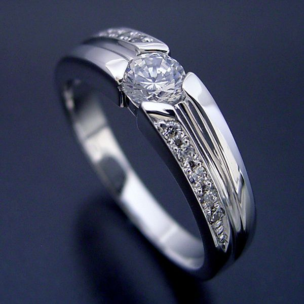 シンプルなデザインに控えめなダイヤモンドが上品な婚約指輪[R5740]