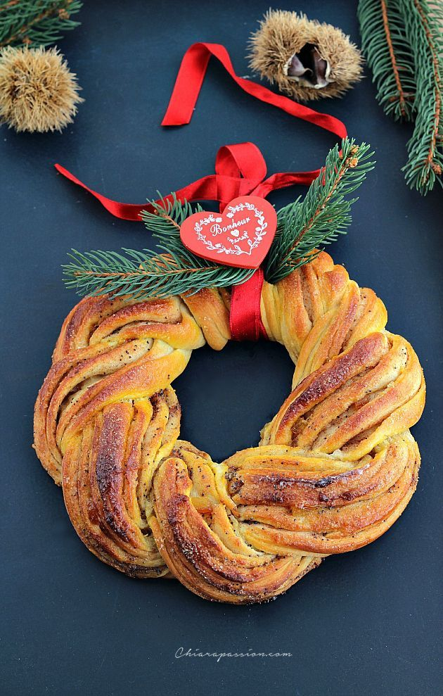 La Ghirlanda di Natale alla cannella e zafferano porterà il profumo natalizio in casa. Bella da vedere, sarà il fiore all'occhiello sulle tavole vestite a festa. La ricetta è tipica dei paesi del nord europa ed è anche chiamata Kringel, ricorda molto il sapore dei cinnamon rolls, panini dolci