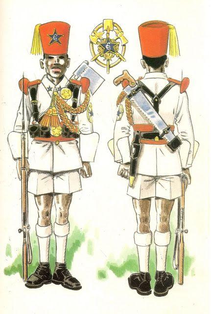 GUARDIA COLONIAL DEL GOLFO DE GUINEA.SOBRE 1950 A 1968. Gastador en uniforme de gala en formació...
