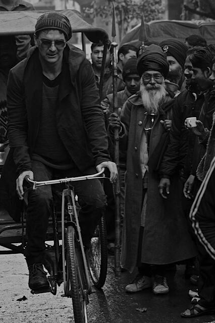 """""""Me despierto y pedaleo soy ciclista en este viaje. Tomo el vuelo en una calle  y perforo alguna nube en mi viaje hasta la luna..."""""""