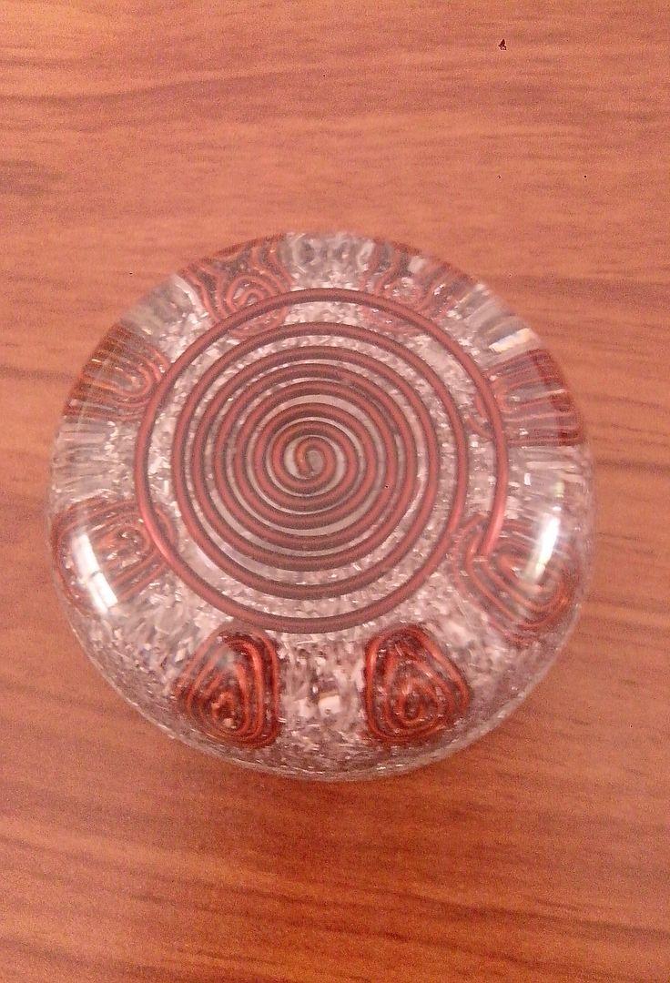 Orgonita Domo, contiene cuarzo cristal, cobre, viruta de metal y aluminio.