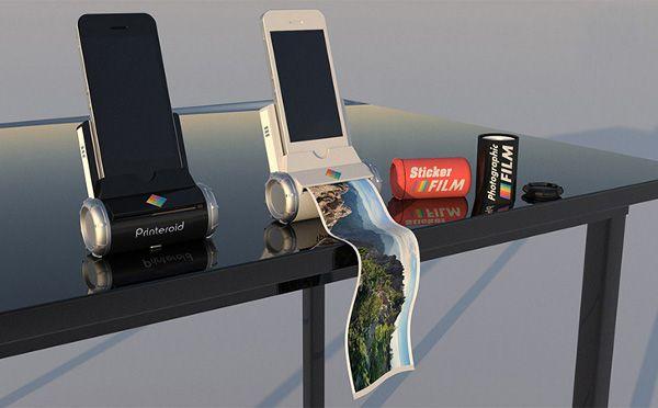 スマートフォンで撮影した写真をその場でプリントアウトできる、革命的ガジェットが誕生! そんな触れ込みで、現在海外のデザイン系サイトを賑わせているのがこちら。 「Printeroid(プリンターロイド)」 は、アプリ連携型のタブレット用プリンター。 iPhoneとiPad 用の2種類のサイズがあり、軽量で旅行や