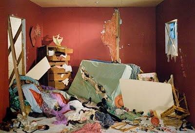 Jeff Wall, La Chambre détruite (1978) est sa première photographie célèbre s'inspirant du tableau La Mort de Sardanapale, de Delacroix. À nous d'imaginer ce qu'il s'est passé, ce qui a pu conduire à cette destruction. Des indices sont laissés dans ce chaos, montrant l'intimité de la vie de cette femme. Seule chose intacte, la petite statuette de la danseuse dominant le carnage, ressemblant au roi dans la peinture de Delacroix.